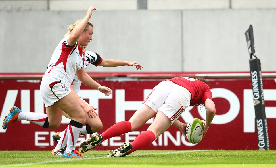 The Ireland-capped Niamh Kavanagh gets over in the left corner for one of Munster's four second half tries